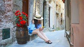 Härlig lycklig kvinna på europeisk semester i Cinque Terre Ung caucasian turist som tar selfie på den gamla gatan arkivfilmer