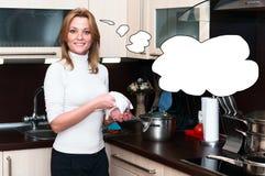 Härlig lycklig le kvinna i kökinre Arkivbilder