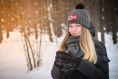 Härlig lycklig le kvinna med en kopp av vintern på gatan varm drink för leendenjutningflicka utomhus arkivbilder