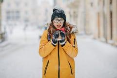 Härlig lycklig le vinterkvinna med utomhus- Skratta flickan utomhus med den varma drinken royaltyfri bild