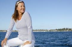 Härlig lycklig mogen kvinnavattenbakgrund fotografering för bildbyråer