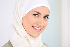härlig lycklig muslimkvinna royaltyfri bild