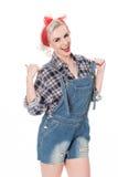 Härlig lycklig retro kvinna i overaller för plädskjorta och haklapp Royaltyfri Fotografi