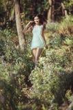 Härlig lycklig spring för ung kvinna i blommamedow i skog arkivfoton