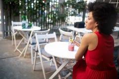 H?rlig lycklig svart kvinna som dricker den sunda drinken och att le royaltyfri foto