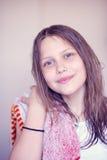 Härlig lycklig tonårig flicka med vått hår Arkivbilder