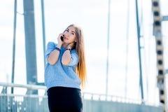 Härlig lycklig ung affärskvinna som använder mobiltelefonen på stadsgatan Arkivfoton