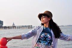 Härlig lycklig ung asiatisk kinesisk kvinna eller flicka Arkivfoton