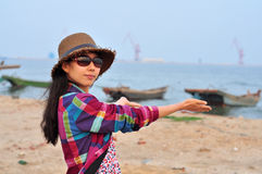 Härlig lycklig ung asiatisk kinesisk kvinna eller flicka Royaltyfri Fotografi