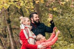 härlig lycklig ung familj med ett barn royaltyfria bilder