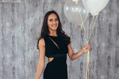 Härlig lycklig ung kvinna på födelsedagferiepartiet arkivfoton