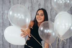 Härlig lycklig ung kvinna på födelsedagferiepartiet royaltyfri bild
