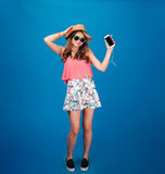 Härlig lycklig ung kvinna som lyssnar till musik och att dansa fotografering för bildbyråer