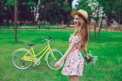 Härlig lycklig ung kvinna som tycker om sommar med denblomma gruppen royaltyfri foto