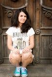 Härlig lycklig ung kvinna utomhus arkivbild