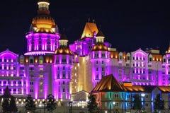 Härlig lysande slottbyggnadsbogatyr i staden av Sochi fotografering för bildbyråer