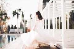 Härlig lyxig brud i elegant vit klänning royaltyfria bilder