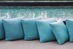 Härlig lyxig kudde på soffan arkivfoto