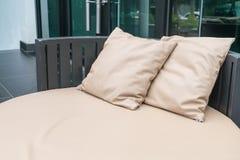 Härlig lyxig utomhus- uteplats med kudden på soffan Royaltyfria Bilder