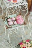 Härlig mångfärgad dekorerad bakad söt smaklig efterrätt för godisstång royaltyfri fotografi
