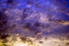 Härlig mörk mång- färgad himmel Arkivbilder
