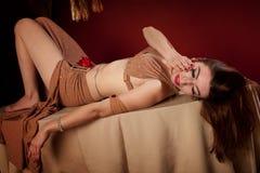 härlig magdansös som ligger ner Royaltyfri Foto