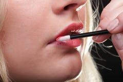 härlig makeup som sätter kvinnan Arkivbild