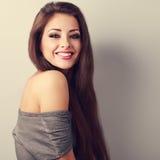 Härlig makeupbrunettkvinna med lyckligt leende med den tomma kopian Arkivbilder