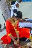 Härlig maldivian kvinna i nationell klänningmatlagningkokosnöt royaltyfri fotografi