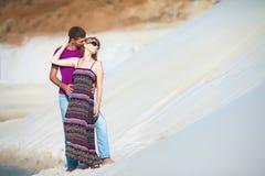 Härlig man och kvinna som kysser på stranden Royaltyfri Foto