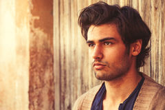 Härlig manslutstående Ung och stilig italiensk man med stilfullt hår Arkivfoto