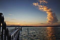 Härlig marin- solnedgång med ovanliga moln Arkivfoto