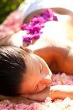 härlig massagetabellkvinna Arkivfoto