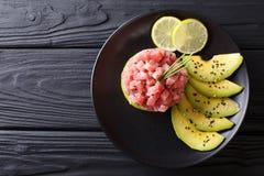 Härlig mat: ny tonfisktandsten med limefrukt, avokadot och sesam royaltyfria foton