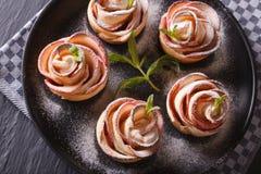 Härlig mat: Steg ut ur äppleen horisontalbästa sikt arkivbild