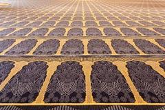 Härlig matta inom av den storslagna moskén Royaltyfri Fotografi