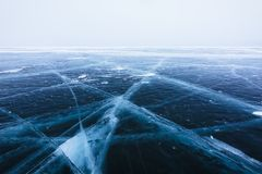 Härlig is med sprickor på Laket Baikal Arkivbilder