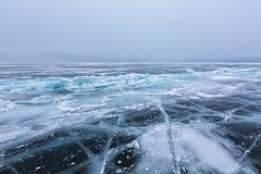 Härlig is med sprickor på Laket Baikal Royaltyfri Fotografi