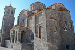 Härlig medelhavs- kyrka i den Sisi byn i Kreta Arkivfoto