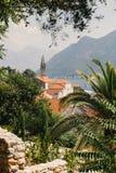 Härlig medelhavs- by med den gamla staden Royaltyfri Bild