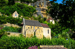 Härlig medeltida kyrka som döljas i den frodiga naturen, Dordogne, Frankrike Royaltyfri Fotografi