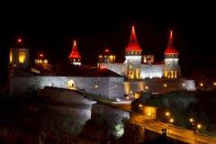 Härlig medeltida slott på natten Royaltyfri Foto