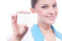 Härlig medicinsk vetenskapskvinna med affärskortet Fotografering för Bildbyråer