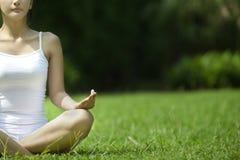 härlig meditera utomhus- kvinna Fotografering för Bildbyråer