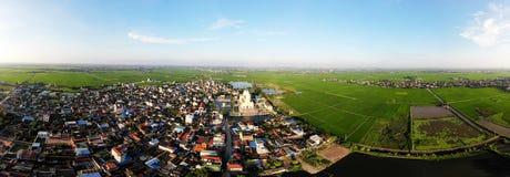 Härlig by mellan gröna risfält royaltyfri foto