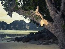 Härlig mermaid som sitter på väldig tree Arkivbild