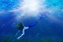 Härlig mermaidsimning stock illustrationer