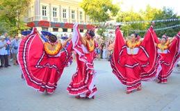 Härlig mexicansk kvinnadans Arkivfoton