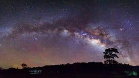 Härlig mjölkaktig väg för panorama på en natthimmel Långt exponeringsfoto Arkivbild