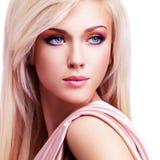 Härlig mjuk kvinna med rosa silke Arkivfoto
